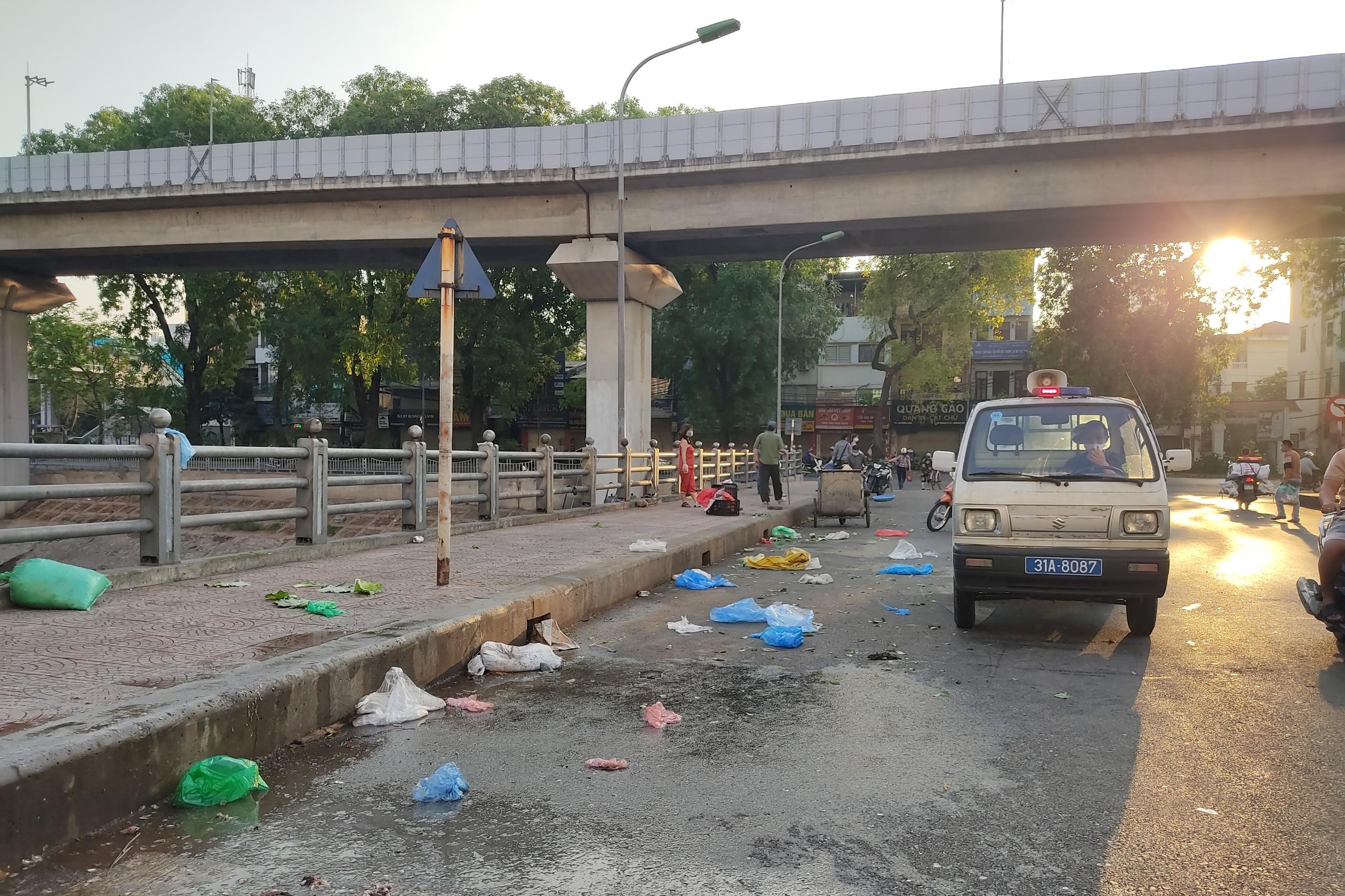Chợ cóc, chợ tạm ở Hà Nội vẫn hoạt động bất chấp lệnh cấm - Ảnh 6.