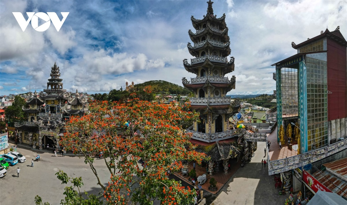 Cực độc đáo: Lạ mắt ngôi chùa bằng ve chai độc nhất vô nhị nắm giữ nhiều kỷ lục tại Lâm Đồng - Ảnh 1.