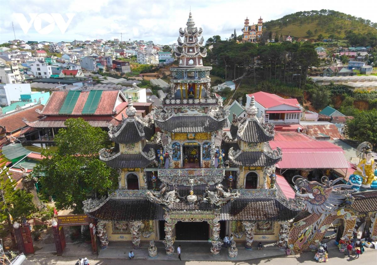 Cực độc đáo: Lạ mắt ngôi chùa bằng ve chai độc nhất vô nhị nắm giữ nhiều kỷ lục tại Lâm Đồng - Ảnh 2.