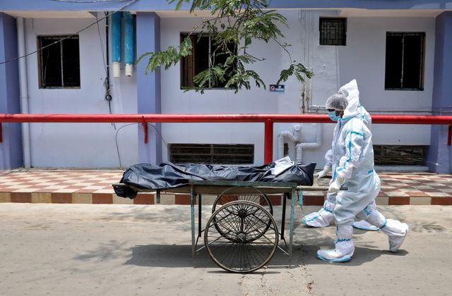 Hơn 4.000 người Ấn Độ tử vong mỗi ngày trong bối cảnh thiếu thốn vắc xin - Ảnh 2.