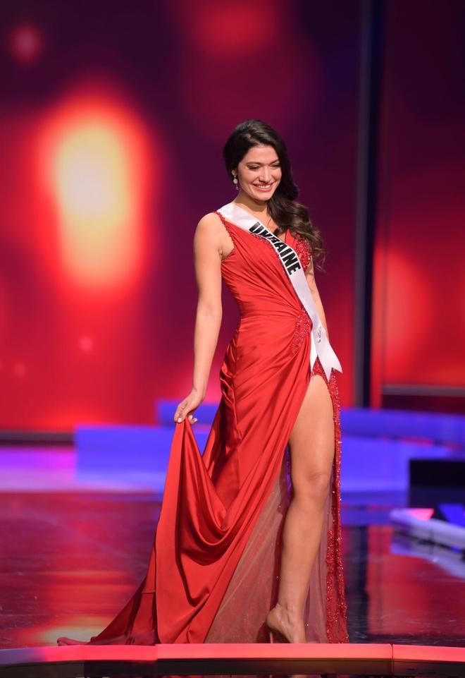 Loạt mỹ nhân Miss Universe 2020 suýt gặp sự cố, để lộ nhược điểm hình thể trong đêm bán kết - Ảnh 8.