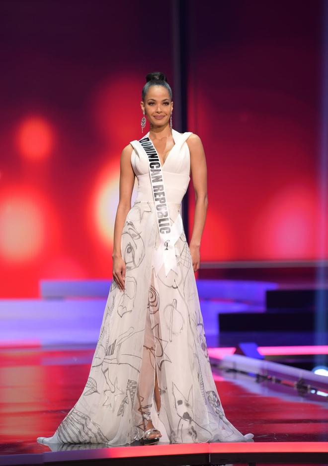 Loạt mỹ nhân Miss Universe 2020 suýt gặp sự cố, để lộ nhược điểm hình thể trong đêm bán kết - Ảnh 11.