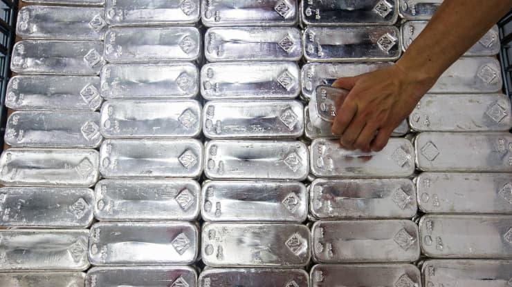 Phía sau kim loại vàng: giá bạc đã tăng hơn 70% trong năm qua - Ảnh 1.