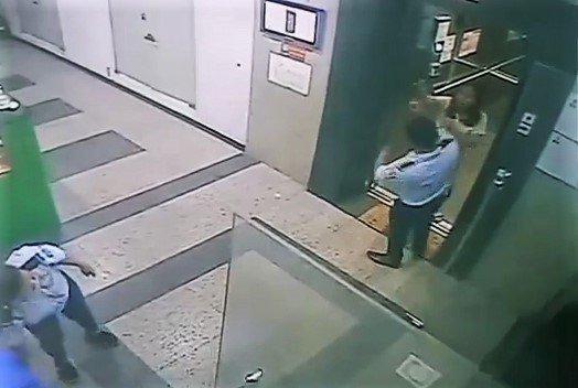 Người phụ nữ hành hung bảo vệ chung cư vì bị nhắc nhở đeo khẩu trang bị phạt 2 triệu đồng - Ảnh 1.