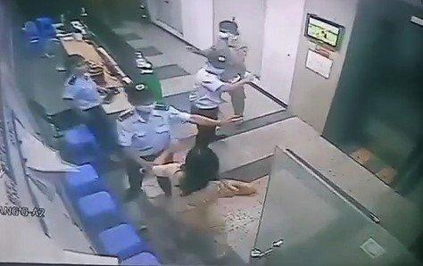 Người phụ nữ hành hung bảo vệ chung cư vì bị nhắc nhở đeo khẩu trang bị phạt 2 triệu đồng - Ảnh 2.
