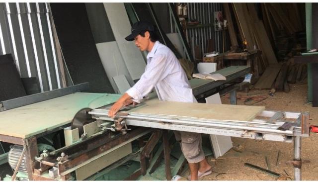 Khánh Hòa: Ông nông dân sáng chế máy cưa 2 lưỡi, dân làm nghề ai xem cũng trầm trồ thán phục - Ảnh 1.
