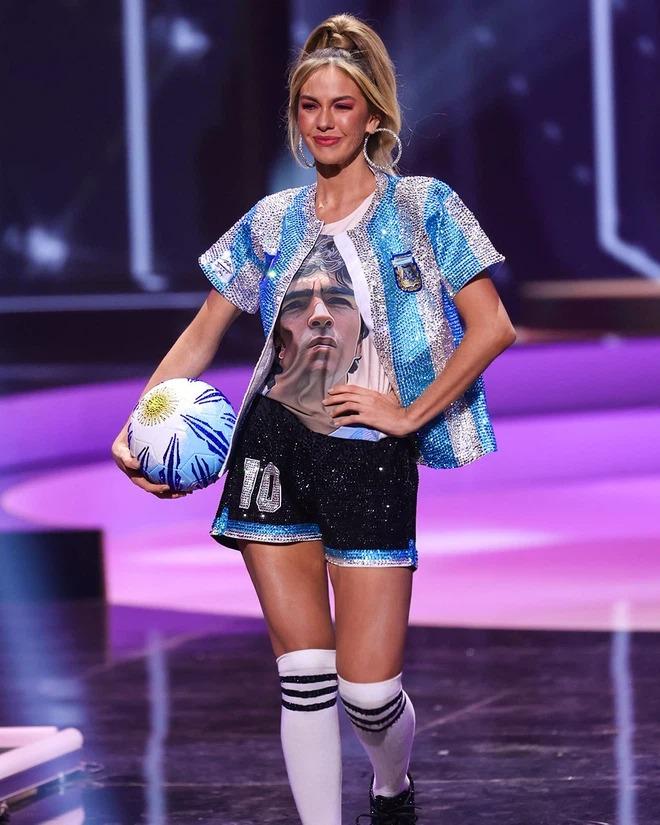 Hoa hậu Argentina tri ân Maradona đầy ấn tượng tại Miss Universe - Ảnh 2.