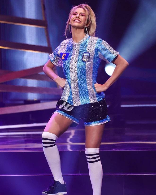 Hoa hậu Argentina tri ân Maradona đầy ấn tượng tại Miss Universe - Ảnh 1.