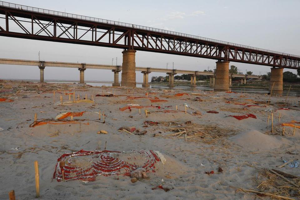 Trận mưa khiến hàng loạt thi thể lộ ra trên bãi cát bên bờ sông Hằng - Ảnh 1.