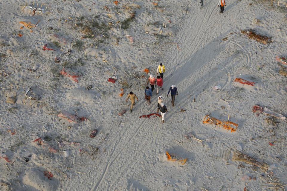 Trận mưa khiến hàng loạt thi thể lộ ra trên bãi cát bên bờ sông Hằng - Ảnh 2.