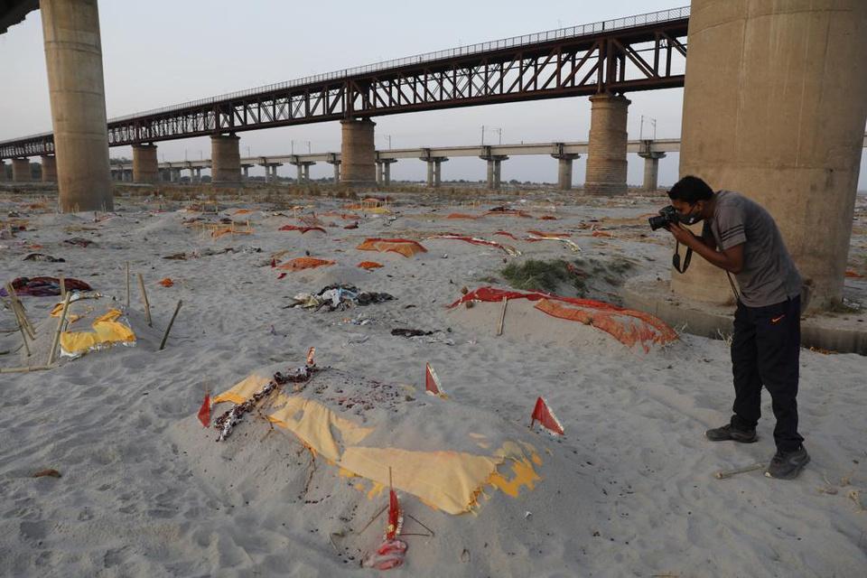 Trận mưa khiến hàng loạt thi thể lộ ra trên bãi cát bên bờ sông Hằng - Ảnh 4.