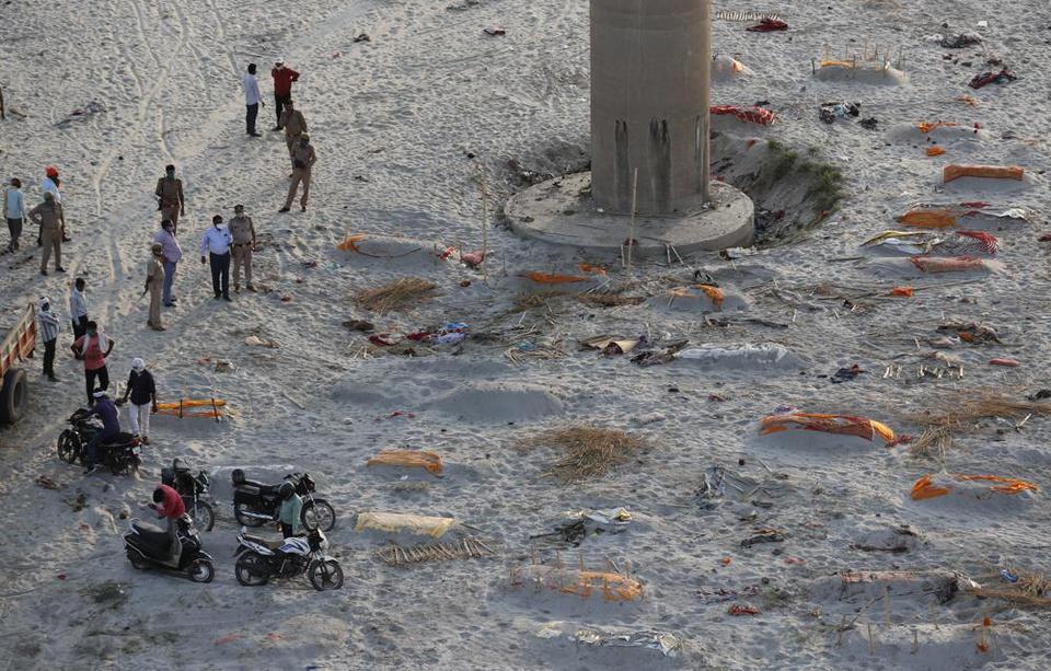 Trận mưa khiến hàng loạt thi thể lộ ra trên bãi cát bên bờ sông Hằng - Ảnh 5.