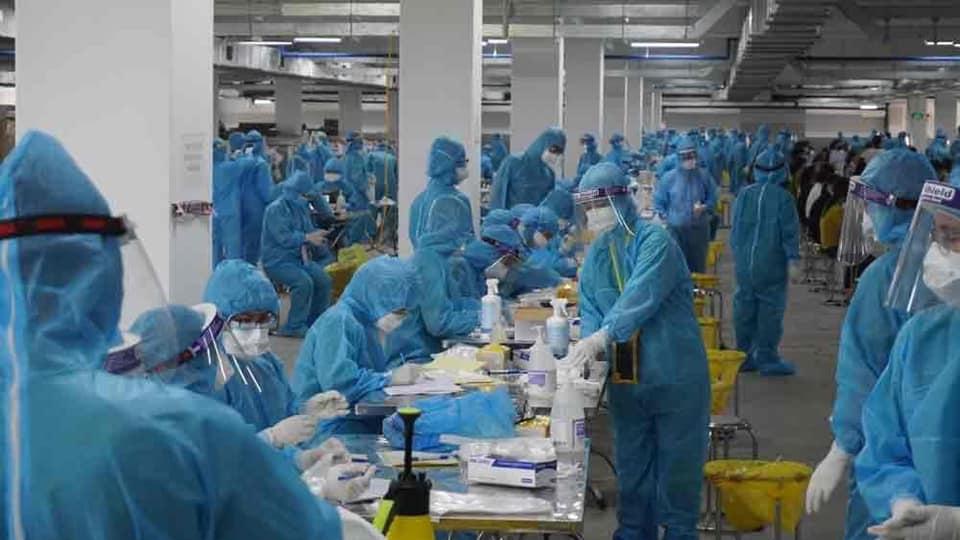 Làm việc xuyên đêm, thần tốc lấy 11.000 mẫu xét nghiệm Covid-19 tại Bắc Giang - Ảnh 1.