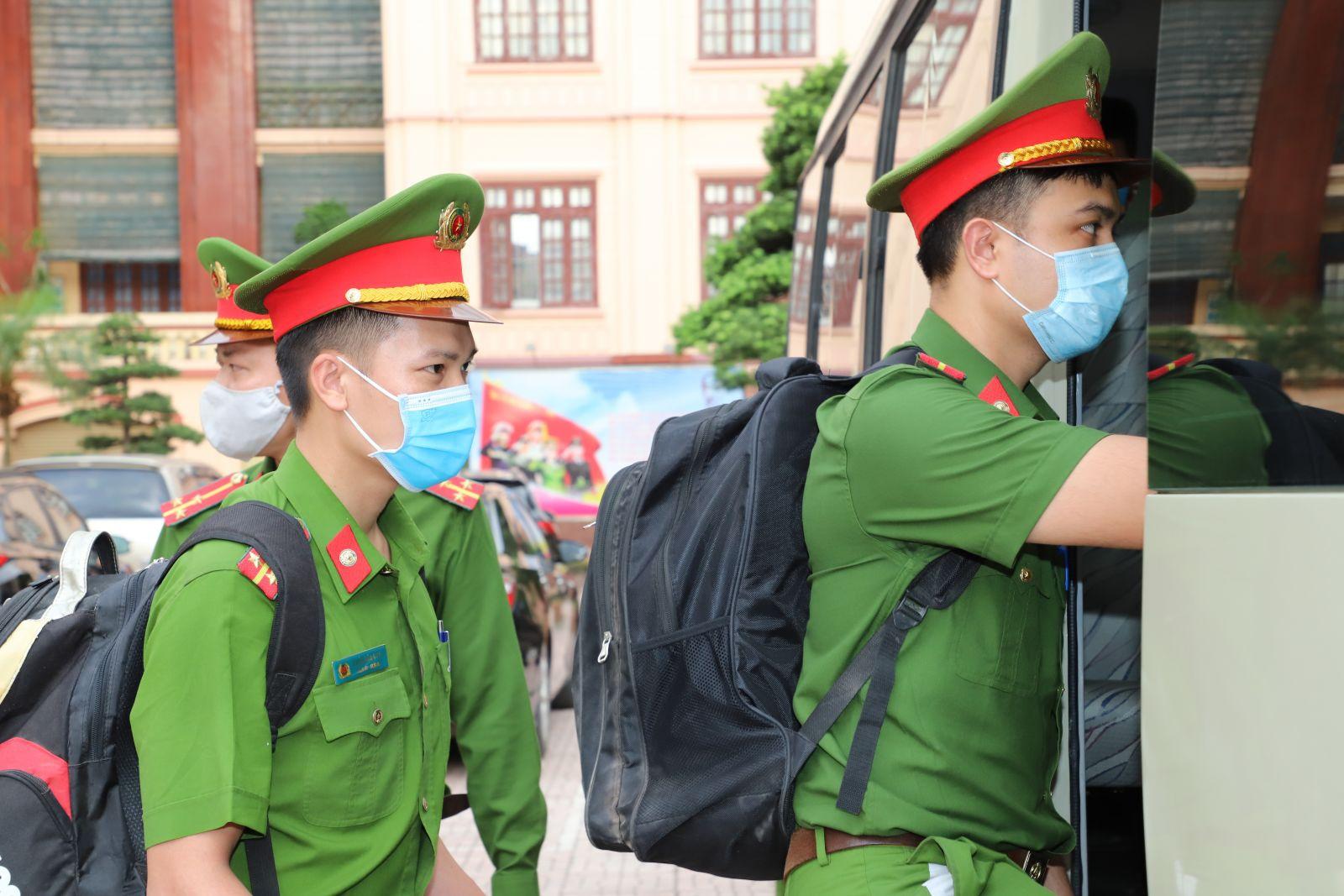 CSGT Bắc Giang đứng nghiêm chào đoàn chi viện chống dịch Covid-19 từ Quảng Ninh - Ảnh 2.