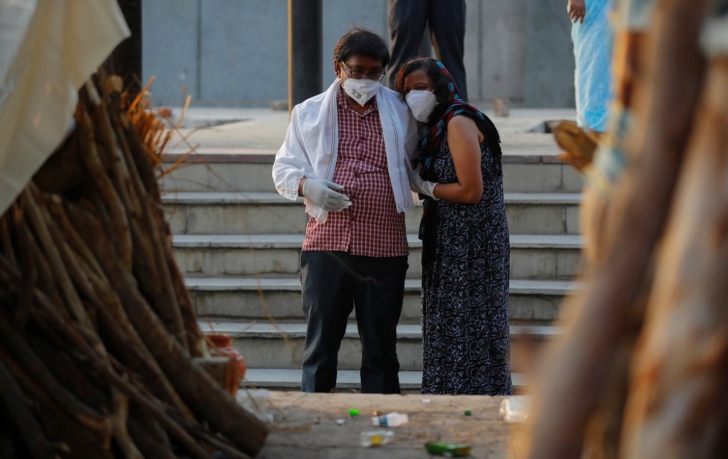 Ấn Độ hứa hẹn sẽ sản xuất nhiều vắc xin COVID-19 hơn khi số ca tử vong mỗi ngày ở mức trên 4.000  - Ảnh 1.