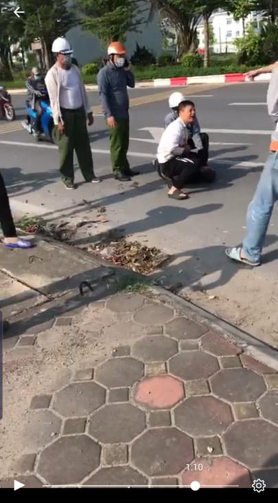 Tài xế taxi bị đâm: Không biết người mặc quần màu xanh phải Công an không nhưng chỉ bấm điện thoại - Ảnh 1.