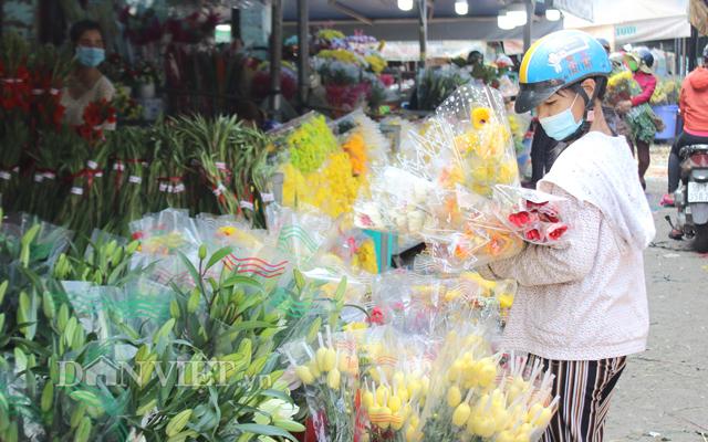 Khách hàng lựa mua hoa Đà Lạt tại chợ đầu mối nông sản Thủ Đức, TP.HCM
