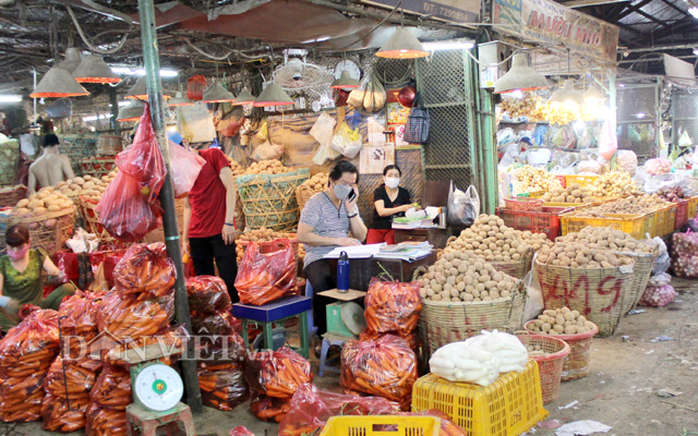 Một cửa hàng kinh doanh rau củ quả Đà Lạt tại chợ đầu mối nông sản Thủ Đức, TP.HCM
