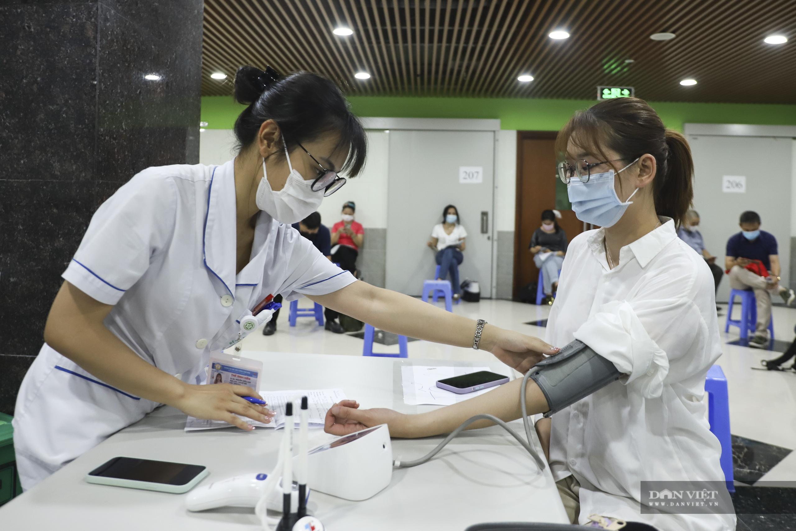 Cận cảnh quy trình tiêm vắc xin phòng Covid-19 cho hàng trăm phóng viên - Ảnh 10.
