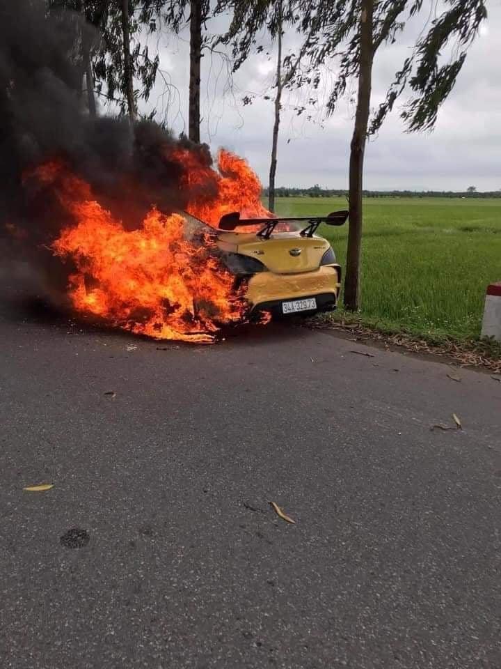 Hải Dương: Xe ô tô bốc cháy ngùn ngụt, tài xế bị thương nặng - Ảnh 1.