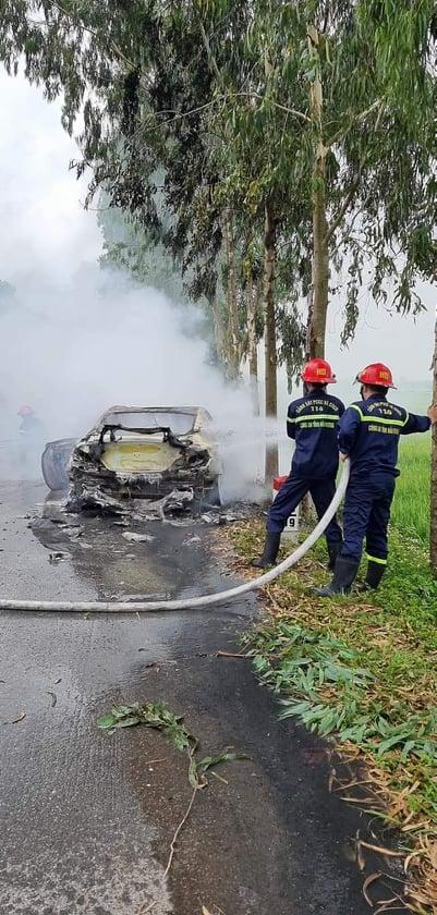 Hải Dương: Xe ô tô bốc cháy ngùn ngụt, tài xế bị thương nặng - Ảnh 2.