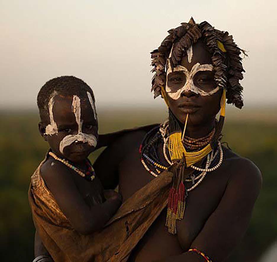 Châu Phi: Độc đáo tục lệ đàn ông bộ tộc Karo tự rạch thân thể tạo sẹo để thể hiện lòng dũng cảm - Ảnh 1.