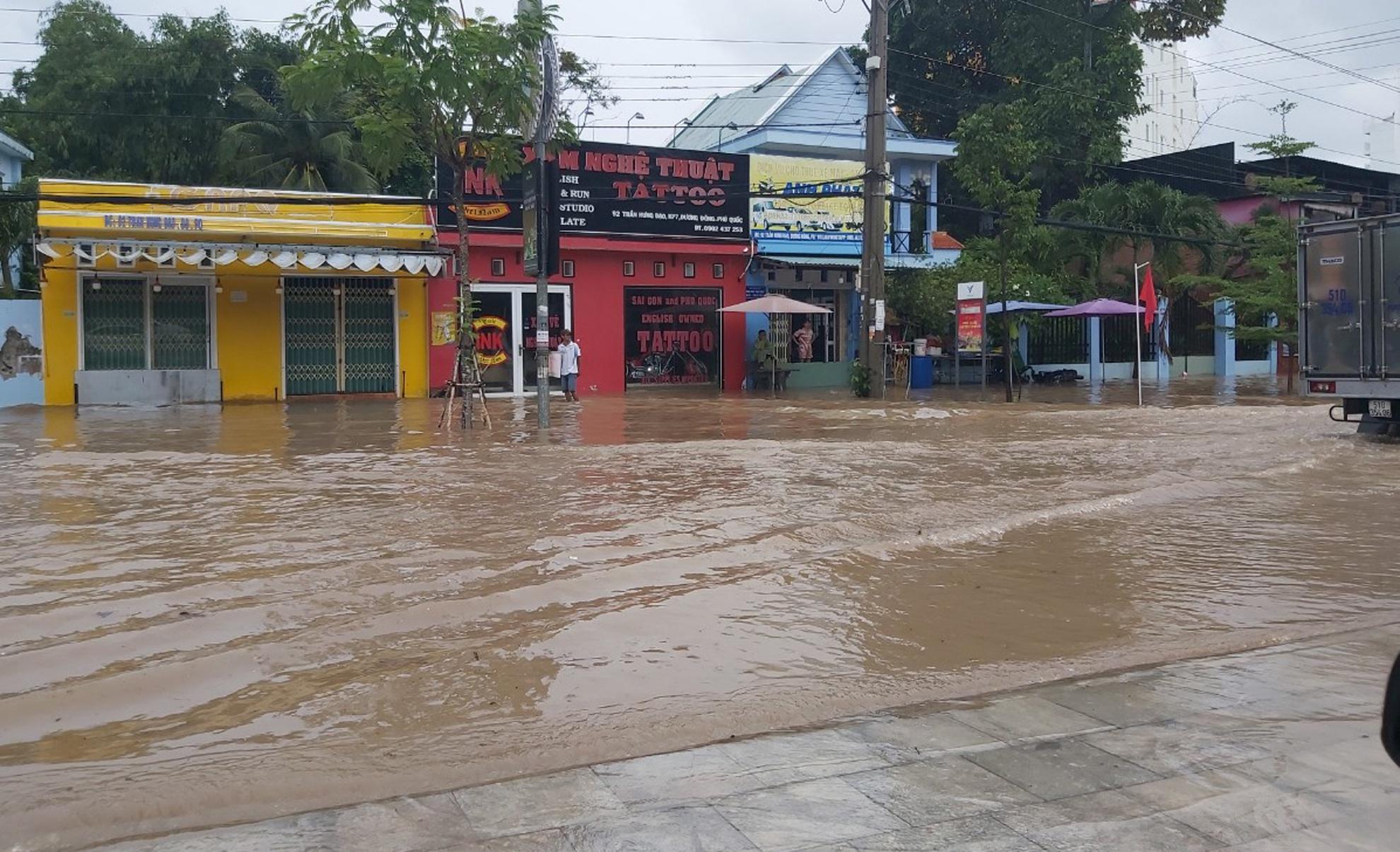 Nhiều tuyến đường ở Phú Quốc ngập sâu sau mưa - Ảnh 1.