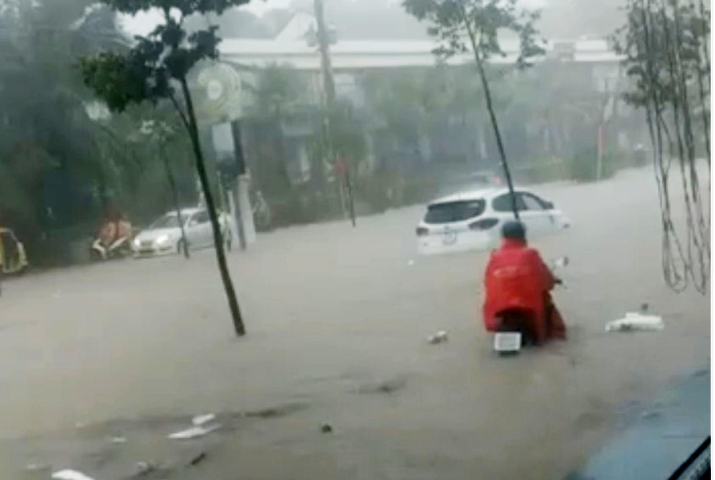 Nhiều tuyến đường ở Phú Quốc ngập sâu sau mưa - Ảnh 3.