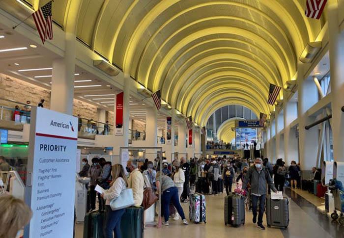 Nhiều sân bay khắp thế giới lại nhộn nhịp với các chuyến bay kín chỗ - Ảnh 2.