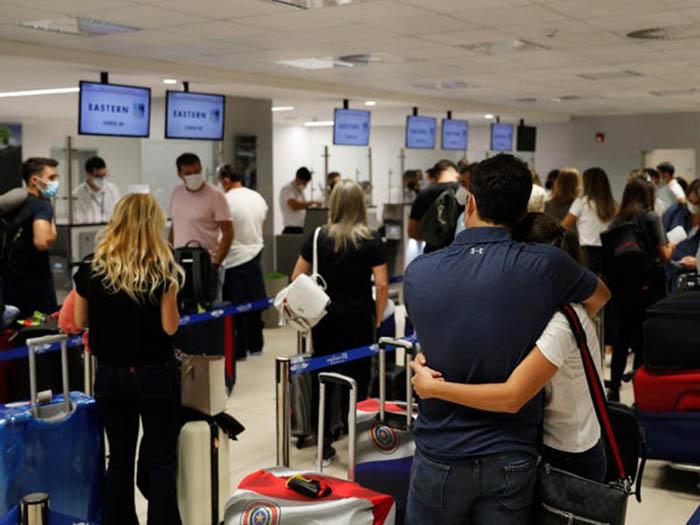 Nhiều sân bay khắp thế giới lại nhộn nhịp với các chuyến bay kín chỗ - Ảnh 4.