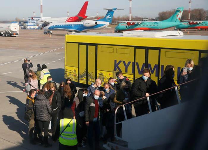 Nhiều sân bay khắp thế giới lại nhộn nhịp với các chuyến bay kín chỗ - Ảnh 5.