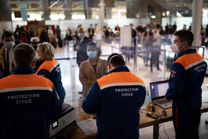 Nhiều sân bay khắp thế giới lại nhộn nhịp với các chuyến bay kín chỗ - Ảnh 6.