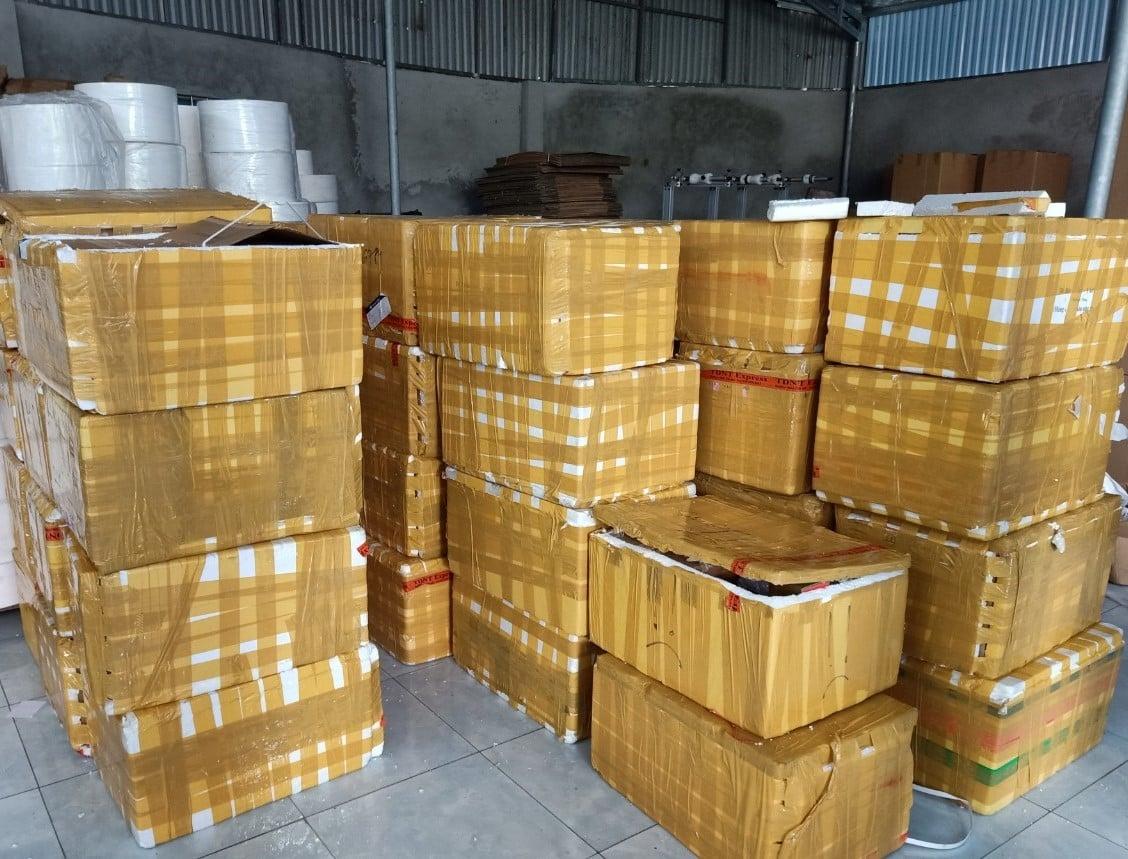 Bắc Ninh: Xử phạt 90 triệu đồng, tịch thu 408 chai rượu nhập lậu từ Trung Quốc - Ảnh 1.