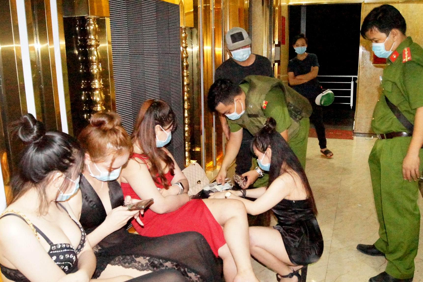 """Hàng trăm khách và tiếp viên gợi cảm """"quẩy"""" trong quán karaoke - Ảnh 2."""
