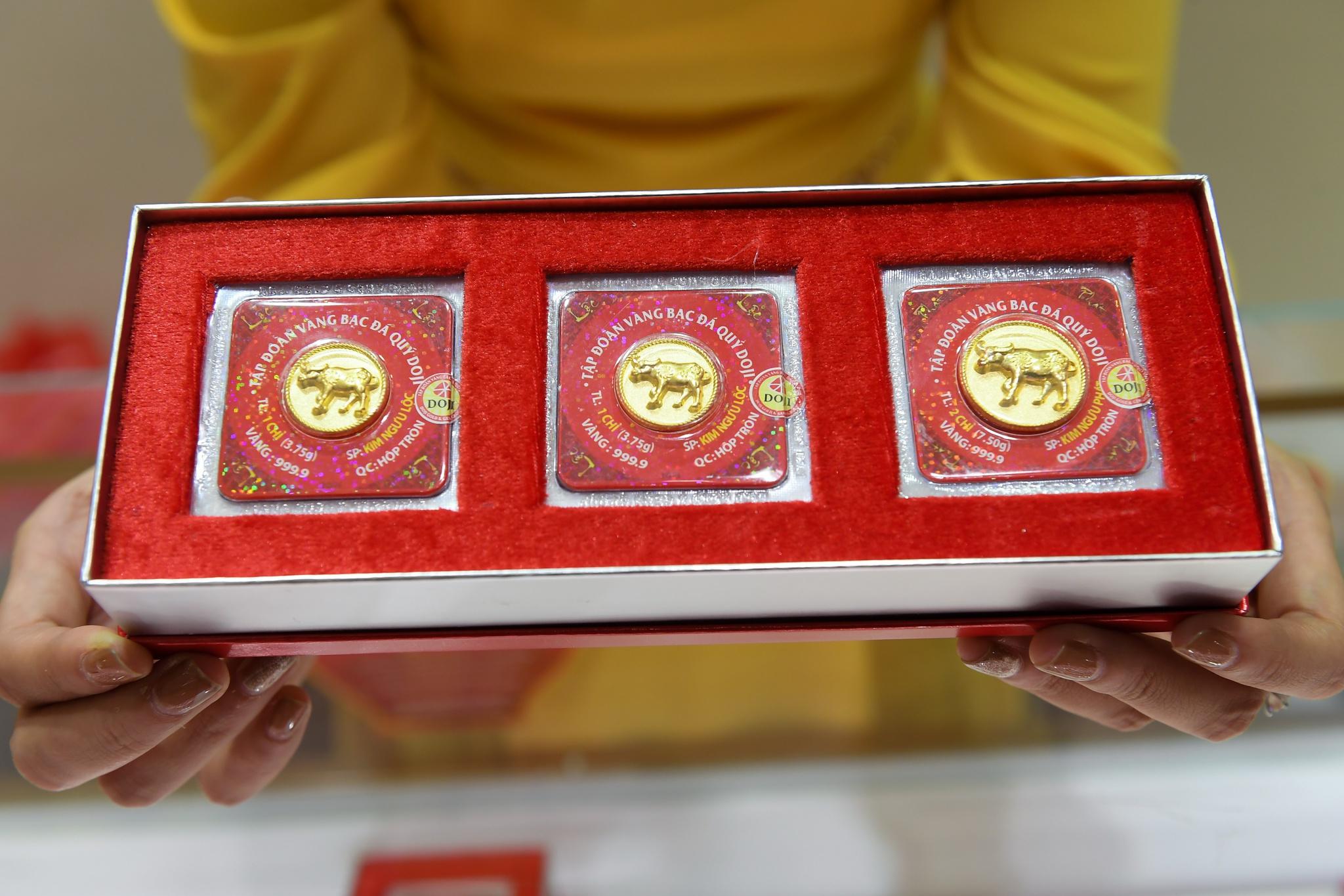 Giá vàng hôm nay 18/5: Tăng vọt, vàng SJC vượt mốc 62 triệu đồng/lượng - Ảnh 1.
