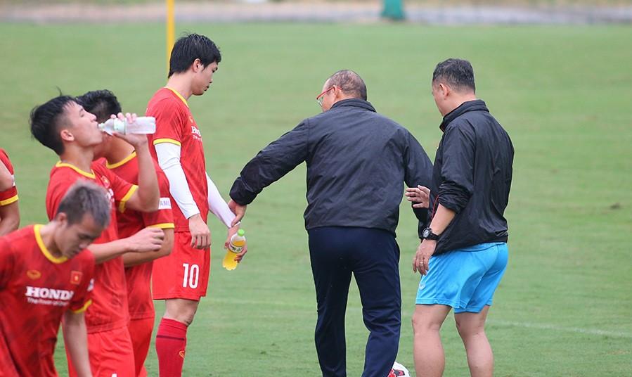 Không cần tập luyện, cầu thủ nào của ĐT Việt Nam vẫn chắc suất sang UAE? - Ảnh 1.
