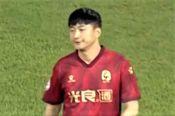 """Triệu phú Trung Quốc mua CLB để """"con trai 126kg"""" đá chính là thật hay đùa? - Ảnh 2."""