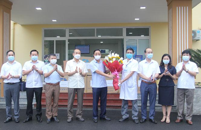 51 y bác sỹ của Thái Nguyên lên đường hỗ trợ Bắc Giang chống dịch - Ảnh 1.
