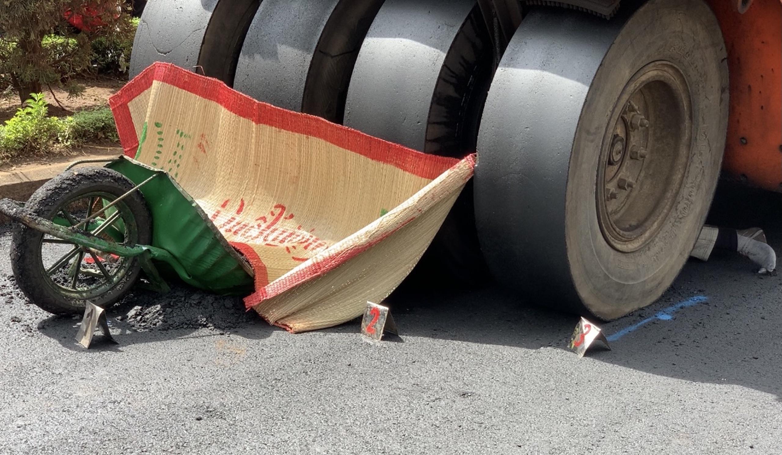 Hi hữu: Xe lu tông chết công nhân đang làm đường - Ảnh 2.
