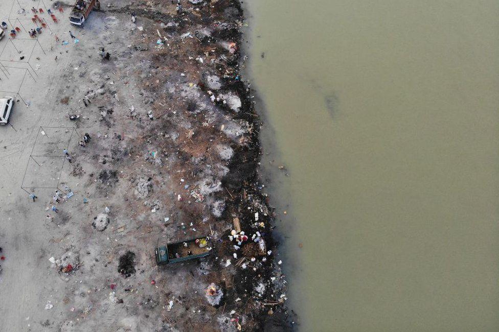 Dòng sông linh thiêng nhất Ấn Độ ngập tràn thi thể, lò hỏa táng hoạt động suốt ngày đêm - Ảnh 3.