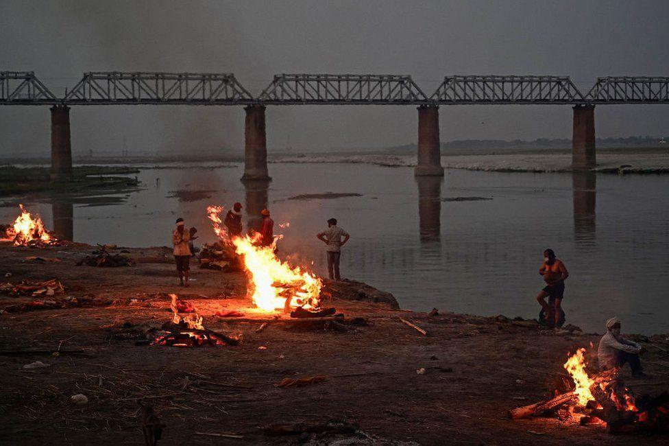Dòng sông linh thiêng nhất Ấn Độ ngập tràn thi thể, lò hỏa táng hoạt động suốt ngày đêm - Ảnh 1.