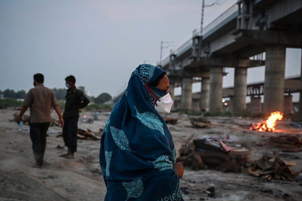 Dòng sông linh thiêng nhất Ấn Độ ngập tràn thi thể, lò hỏa táng hoạt động suốt ngày đêm - Ảnh 4.