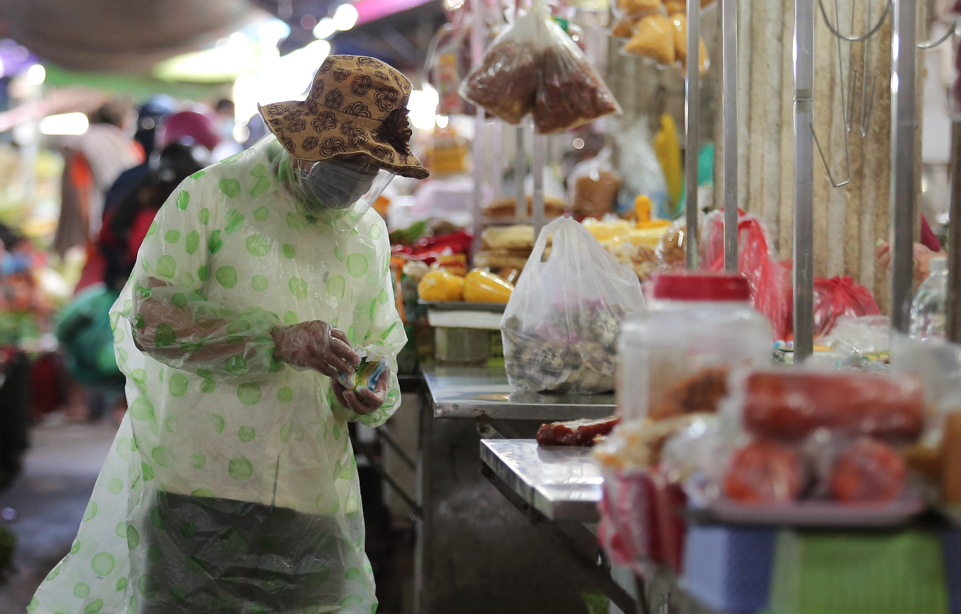 ẢNH: Người dân mặc áo mưa, trùm kín khi đi chợ giữa nắng 37 độ C để phòng dịch Covid-19 - Ảnh 5.