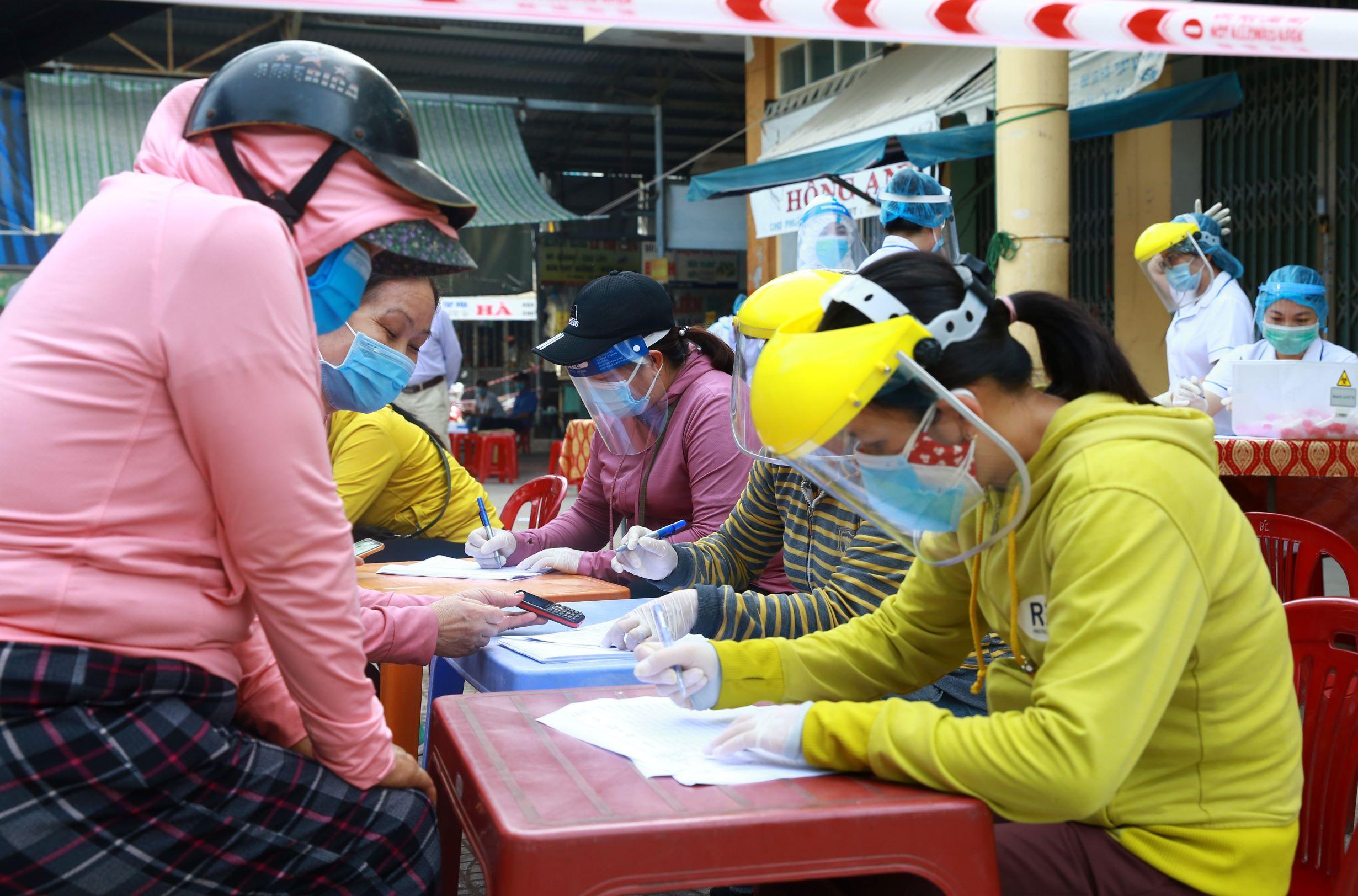 ẢNH: Người dân mặc áo mưa, trùm kín khi đi chợ giữa nắng 37 độ C để phòng dịch Covid-19 - Ảnh 9.