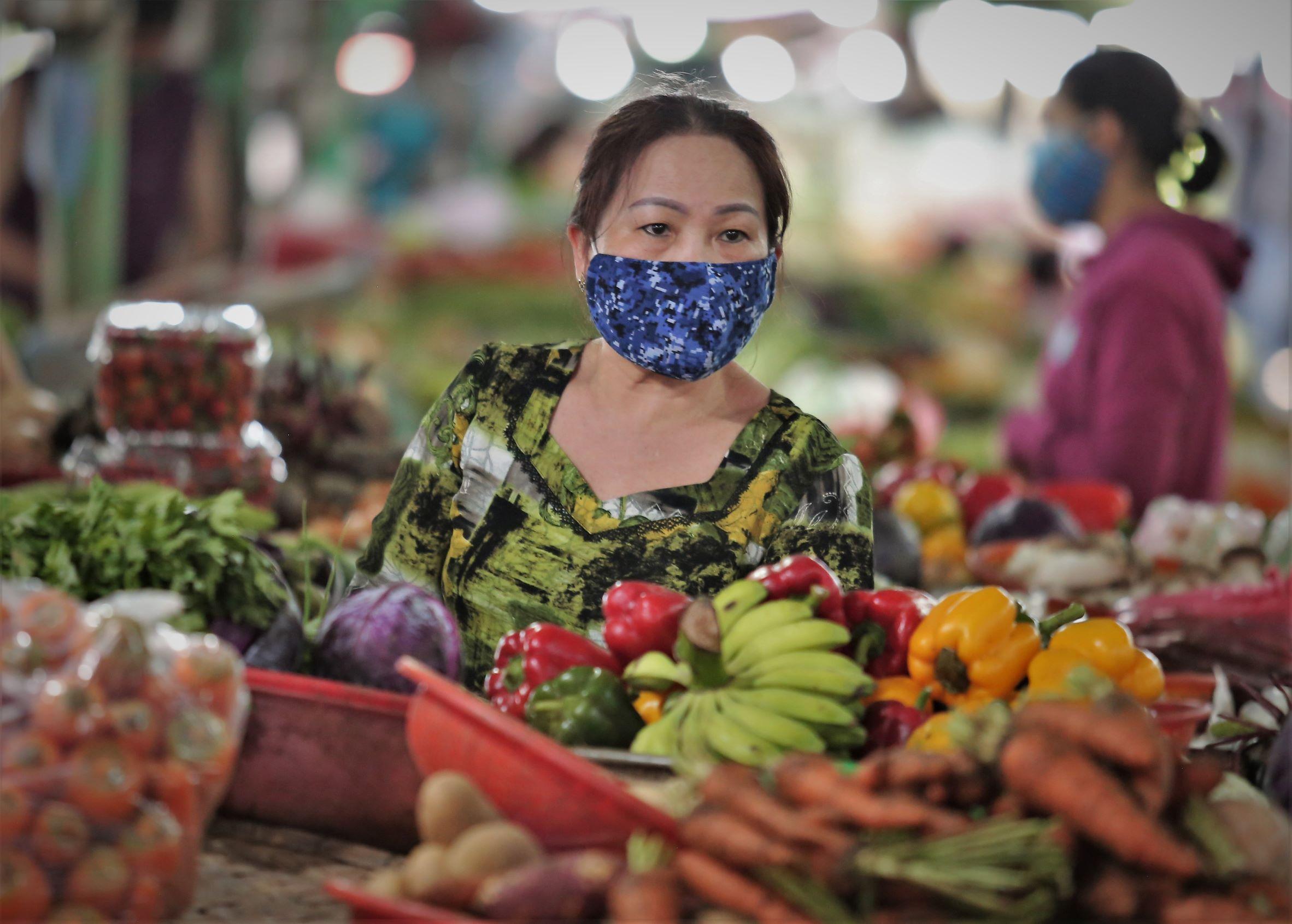 ẢNH: Người dân mặc áo mưa, trùm kín khi đi chợ giữa nắng 37 độ C để phòng dịch Covid-19 - Ảnh 4.
