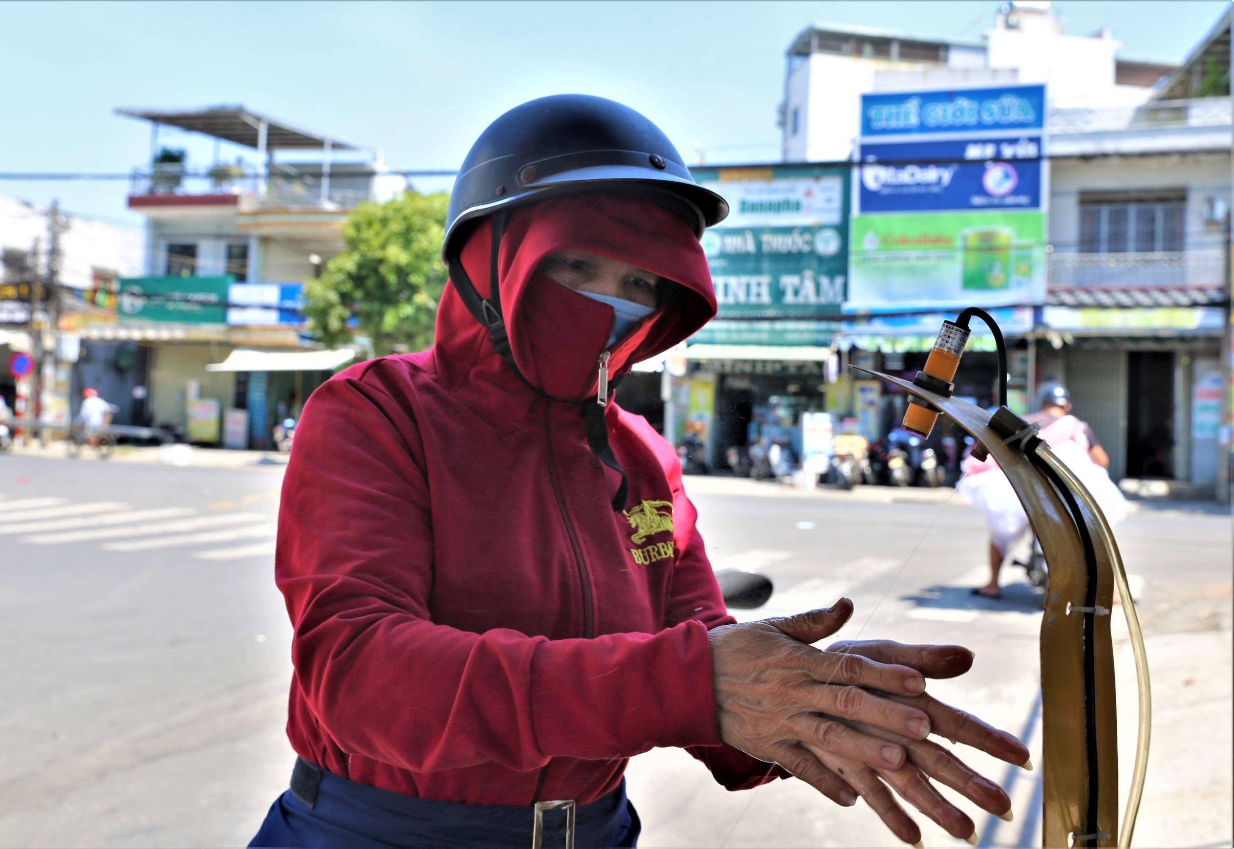 ẢNH: Người dân mặc áo mưa, trùm kín khi đi chợ giữa nắng 37 độ C để phòng dịch Covid-19 - Ảnh 2.