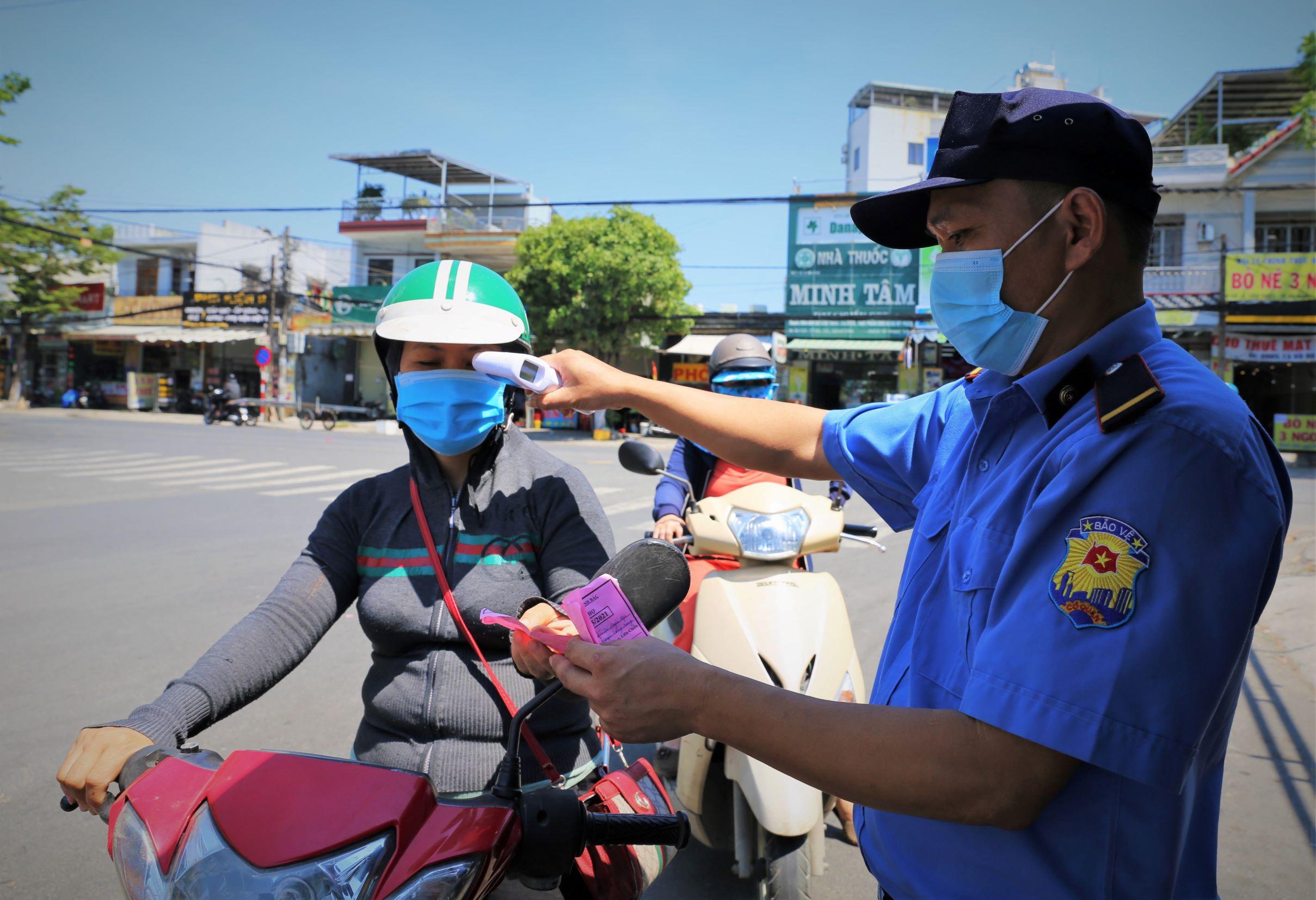ẢNH: Người dân mặc áo mưa, trùm kín khi đi chợ giữa nắng 37 độ C để phòng dịch Covid-19 - Ảnh 1.