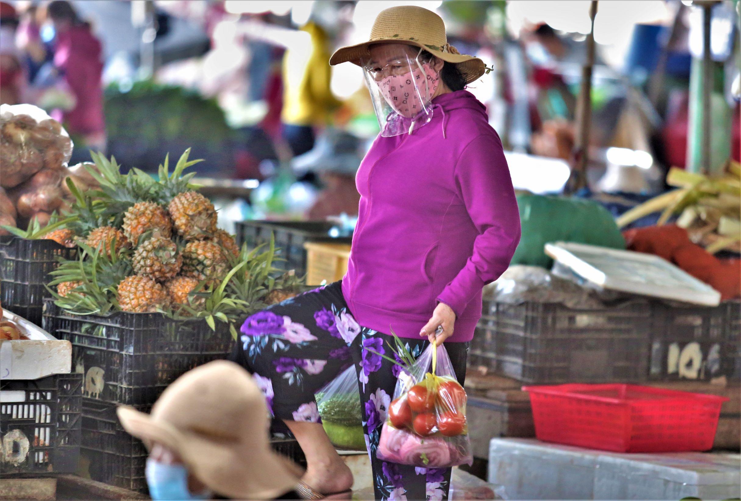 ẢNH: Người dân mặc áo mưa, trùm kín khi đi chợ giữa nắng 37 độ C để phòng dịch Covid-19 - Ảnh 6.