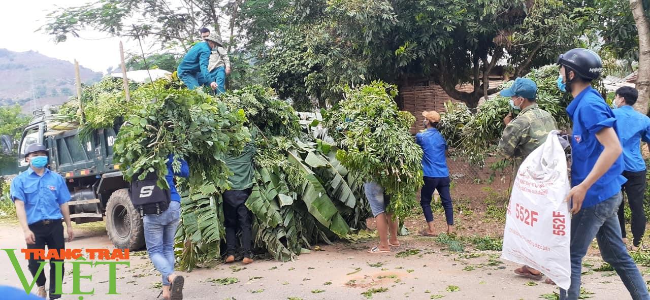 Sơn La: Xúc động trước cảnh người dân nấu cơm và lên rừng lấy cỏ, chặt chuối cho các gia đình bị cách ly  - Ảnh 3.