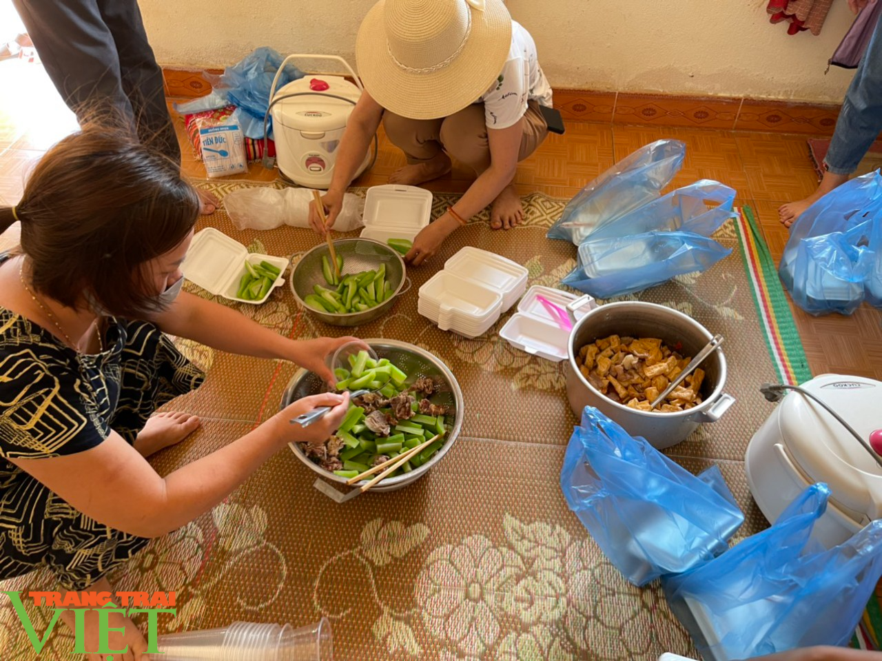 Sơn La: Xúc động trước cảnh người dân nấu cơm và lên rừng lấy cỏ, chặt chuối cho các gia đình bị cách ly  - Ảnh 4.